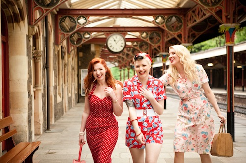 50s-style-women-at-train-stration